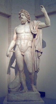 """Estatua de Neptuno de tipo colosal, en el Museo del Prado (Madrid, España). Fue esculpida en mármol, hacia 130–140 d.C., en los talleres de Afrodisias (Asia Menor). Fue encontrada en Corinto e inmediatamente adquirida por el rey Carlos III de España. Es una importante muestra del clasicismo romano de época imperial. En la cabeza del delfín figura la siguiente inscripción: """"Publio Licinio Prisco, sacerdote vitalicio, hace esta ofrenda al dios del Istmo de Corinto""""."""
