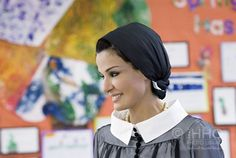 """Los Angeles, HH Sheikha Moza Visits an independent primary school in Los Angeles. What a chic """"teacher"""", love the outfit~! Qatar Flag, Queen Fashion, The Beautiful Country, Style And Grace, Primary School, Strong Women, Her Style, Style Icons, Glamour"""