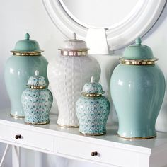 Grouping ginger jars together, give it more of an impact. Hamptons Style Decor, Art Decor, Diy Home Decor, Decorated Jars, Ginger Jars, Elegant Homes, Home Decor Inspiration, Home Accessories, Living Room Decor
