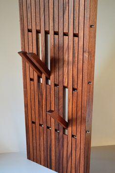 Top 3 woonspullen op zondag | nummer 1 Op nummer 1 staat vandaag deze bijzondere design kapstok. De kapstok heeft 4 rijen met elk 6 haken die in- en uitklapbaar zijn. Dit bijzondere item is gemaakt van de hardhoutsoort merbau. Echt een topstuk! #kapstok #hout #design