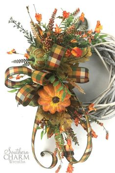 I love this DIY Farmhouse Wreath for Fall! via Step by step instructions for a DIY Farmhouse wreath for fall. So simple and it will be beautiful with your other fall farmhouse decor. Thanksgiving Wreaths, Holiday Wreaths, Diy Wreath, Door Wreaths, Wreath Ideas, Autumn Wreaths For Front Door, Fall Crafts, Diy Crafts, Burlap Door Hangers
