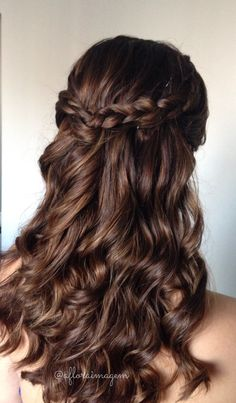 We love curls By Nathalie Pinheiro for Aflora Image picture www.aflora … - All For Simple Hair Quince Hairstyles, Pretty Hairstyles, Braided Hairstyles, Wedding Hairstyles, Hairstyle Ideas, Bridal Hairstyle, Curled Prom Hairstyles, Bob Hairstyle, Fringe Hairstyle