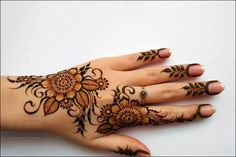 A beautiful fusion-twist on the classic Arabic mehndi are the Dubai mehndi designs. Check out these 41 chill AF new contemporary Dubai mehndi designs. Pakistani Mehndi Designs, Eid Mehndi Designs, Simple Arabic Mehndi Designs, Stylish Mehndi Designs, Wedding Mehndi Designs, Mehndi Designs For Hands, Simple Henna, Henna Palm, Foot Henna