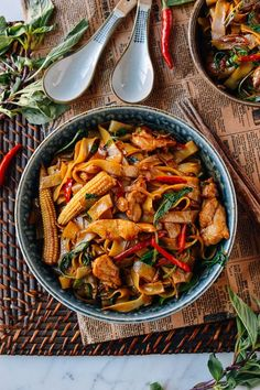 Drunken Noodles (Pad Kee Mao) Drunken Noodles (Pad Kee Mao) is a favorite Thai dish made with rice noodles and Thai basil. Drunken Noodles is a favorite late night dish after drinking! Asian Recipes, Healthy Recipes, Thai Food Recipes, Thai Basil Recipes, Asian Noodle Recipes, Healthy Rice, Ramen Recipes, Dinner Healthy, Healthy Meals