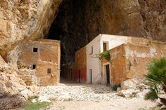 """La Grotta Mangiapane, conosciuta anche con il nome di """"Grotta degli Uffizi"""", è una delle più importanti del territorio trapanese, in Sicilia. Il nome deriva da quello di una famiglia che abitò all'interno di minuscole case a partire dal 1819, e che si dedicava principalmente all'agricoltura e alla pesca. Oggi è la suggestiva cornice di un museo e di un presepe vivente che mettono in scena, in tutto e per tutto, la vita di un borgo centenario."""