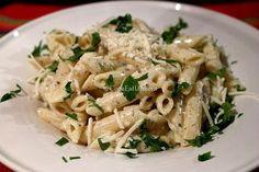 Απαλή γεύση τυριού και αρωματικός βασιλικός αγκαλιάζουν όμορφα τα ζυμαρικά σας και συνθέτουν ένα πιάτο που δύσκολα θα του αντισταθείτε! Penne, Kai, How To Cook Pasta, Pasta Salad, Sweet Home, Food And Drink, Potatoes, Rice, Dishes