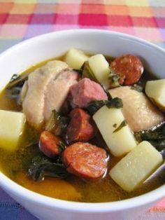 CALDO GALLEGO  Recetas - Sopas y Cremas |  Porciones 6  Prep. 20 Min. Cocción 50-60 Min.  ---INGREDIENTES----  •¼ taza aceite de oliva •1 taza jamón de cocinar •1 taza cebollapicadita •2 chorizos rebanados •½ lb. carne de res picadita •½ lb. carne de cerdo picadita •1 lb. pollo troceadito •4 tazas papas troceaditas •10 oz. acelgastroceaditas •2 tazas habichuelas blancas O  habas •8 tazas agua o caldo de pollo •sal al gusto  ---PROCEDIMIENTO----  √En una cacerola grande echa el aceite de…