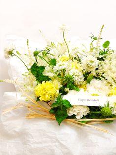 gertrudeflorist:  Flower Tarte 双子の姉妹の妹さんから、結婚して新生活を始めたばかりのお姉さんへ。お誕生日プレゼントにお花を選んで頂きました。 清楚なイメージでというご依頼に、妹さんから受ける素朴な可愛さを織りまぜてみようと、選んだ花は白いスカビオサ。和名の「松虫草」と呼びたくなる風景を思い描いて、花や蕾が揺れ動くさし方にしています。 お2人の20代最後の年が、気持ちの良い風の吹き続ける時間になりますように。