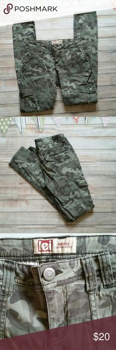 lei Ashley Skinny Camo Cargo Pants Excellent condition low rise skinny camouflage print pants with cargo pockets. Junior sizing. lei Pants Skinny