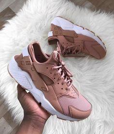 Suivez Naija_queen pour plus de punaises pin - Post Tutorial and Ideas Zapatillas Nike Huarache, Nike Shoes Huarache, Sneakers Fashion, Fashion Shoes, Shoes Sneakers, Addidas Sneakers, Shoes Jordans, Nike Roses, Aesthetic Shoes