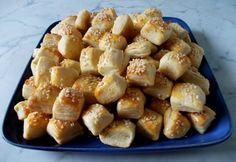 Szezámmagos turos süti  A tésztához 50 dkg finomliszt 1 tk só 25 dkg vaj 2 db tojás 5 dkg tejföl 15 dkg tehéntúró 5 dkg szezámmag