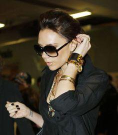 La pulsera de Hermés que lleva en esta imagen Victoria Beckham la podrás encontrar usando el código descuento Hermés de MasCupon.  #moda #mujer #pulsera #brazalete #MasCupon #Hermés