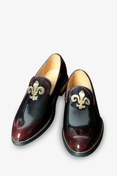 This item is shipped in 48 hours, including the weekends. These elegant classic shoes in gradient burgundy offer studded buttons and a gold Fluer di Lis for a stunning design. The patent leather mater
