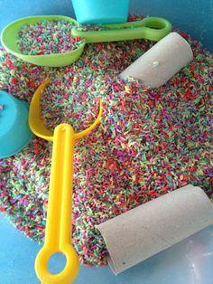 Spelen met gekleurde rijst! 1,5 mok rijst 1 eetlepel azijn Plakkaatverf tot de kleur goed is Op bankpapier in oven 175 graden 10 minuten laten drogen Geeft veel speel plezier