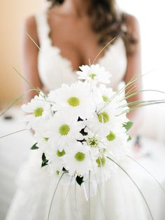 Ramo de novia de margaritas blancas · Romance Weddings by Sandoval Studios Photography #ramodenovia #bridalbouquet