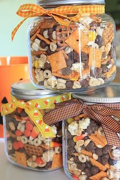 This would make a nice hostess gift for Thanksgiving. Thanksgiving/Halloween munch mix -Cheese crackers (Cheeze its) -salted peanuts -Pretzel squares -Reese's candy bits -Caramel corn -Honey nut cheerios -Cocoa puff-Candy corn -Mellowcreme pumpkins Halloween Snacks, Fall Snacks, Fall Treats, Holiday Treats, Thanksgiving Snacks, Halloween Gifts, Halloween Trail Mix Recipe, Fall Halloween, Halloween Party