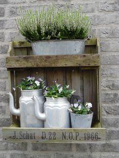 Depot Santa Mariah: A Vintage Pinch in the Garden! Garden Junk, Garden Cottage, Garden Pots, Back Gardens, Small Gardens, Outdoor Gardens, Vasos Vintage, Deco Champetre, Pinterest Garden
