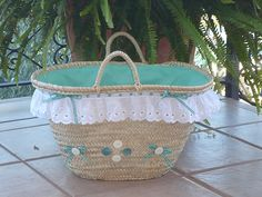 adornos juveniles para capazos en pinterest - Buscar con Google My Bags, Purses And Bags, Pom Pom Purse, Crochet Beach Bags, Hessian Bags, Lace Bag, Diy Sac, Straw Handbags, Ibiza Fashion