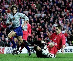 El jugador del Liverpool FC Michael Owen, derecha, choca con el guardameta del FC Barcelona Pepe Reina ante la mirada de su compañero Carles Puyol