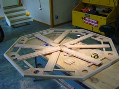 How to build an octagon doesn't have to be difficult. The video shows you how to layout an octagon from scratch and build an octagon. Woodworking Planes, Custom Woodworking, Woodworking Projects, Gaming Table Diy, Diy Table, Octagon Poker Table, Patio Cooler, Build A Fireplace, Building Raised Garden Beds