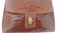 Hermes - Rare Museum Quality Crocodile Handbag  De Hermes handtas is ongelooflijk zeldzaam. Hij komt uit circa 1940 en is nog steeds in perfecte staat. Nog mooier in het echt dan op de foto's.De buitenkant van de tas is bekleed met prachtig krokodillenleer in een diepe kleur bruin/cognac kleur als op foto 1 en 3. Het krokodillenleer is nog erg mooi en glimt als een nieuwe tas. De hardware is in goudkleur.Het interieur van de tas is bekleed met het zachtste leer dat je ooit gevoeld hebt in de…