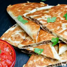 Beef quesadillas with salsa. Spice up your dinner party with these Mexican beef quesadillas and fresh homemade tomato salsa! (in Dutch) Wrap Recipes, Milk Recipes, Mexican Food Recipes, Beef Recipes, Dinner Recipes, Healthy Recipes, Ethnic Recipes, Beef Quesadillas, Sandwiches