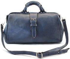 """Adoptez un style rétro chic avec ce sac à main à l'esprit """"docteur"""" réalisé dans un cuir d'un bleu très tendance !"""