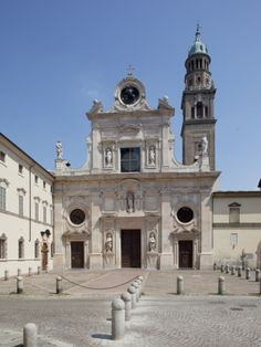 Church and Monastery, San Giovanni Evangelista, Piazza S. Giovanni, Parma, Emilia Romagna, Italy. Marble Facade by Simone Moschino 1604-07. The bell tower on the right side, perhaps designed by Giovanni Battista Magnani, was completed in 1613. With a height of 75 meters, it is the tallest in Parma.