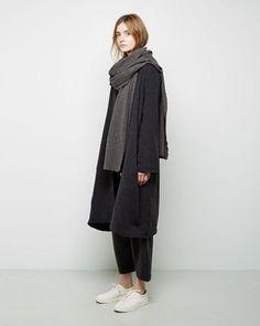 ゆるっとしたルーズなスタイルにも。ダークグレーのアウターをゆったりと羽織ったリラックススタイルもつくれます。