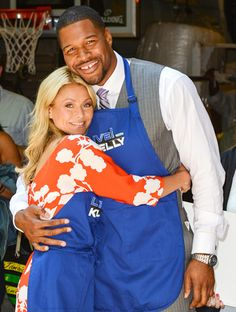 Kelly Ripa officially announced her new co-host today: Michael Strahan!