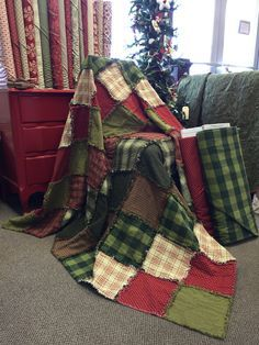 Christmas Rag Quilt - looks cozy! Two Thimbles Quilt Shop What's New this could be fun in flannels. How to Make a Rag Quilt From Start to Finish Much easier way than the way I learned! Quilting Projects, Quilting Designs, Sewing Projects, Christmas Rag Quilts, Rag Quilt Instructions, Tutorial Patchwork, Flannel Rag Quilts, Rag Quilt Patterns, Block Patterns