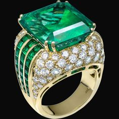 #ring #jewels #vennarigioielli #smeraldone #emerald #greenenchantment #illussodelleidee Photo by: @ottaviapoli  SMERALD ONE  Verde incanto / Green enchantment  Anello in oro giallo con smeraldo Columbia taglio ottagonale 22,91 ct con smeraldi taglio baguette e diamanti taglio brillante. / Yellow gold ring with Columbia emerald octagonal cut 22,91 cts, baguette cut emeralds and diamonds.
