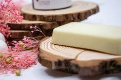 Barre hydratante au Beurre de karité et Monoï – La baleine qui dance Combattre La Cellulite, Soap, Dishes, Vitamin E, Smooth Skin, Coconut Oil, Cocoa Butter, Dry Skin, Whale