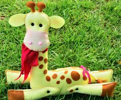 girafa em feltro com detalhes em tecido, ideal para decoração de festas infantis ou para presentear R$ 65,00