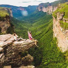 Vista do Vale do Pati na Chapada Diamantina. A travessia do Vale do Pati é considerada como o trekking mais bonito do Brasil. Para quem tem disposição e gosta de uma boa caminhada este trekking irá mudar a sua vida. Envie a sua foto para #desviantes que todas as sextas postamos a melhor foto da semana. Caso tenha interesse em fazer o passeio clique no link do perfil ou entre em contato com a gente desviantes@desviantes.com.br . #desviantes #viagem #valedopati #chapadadiamantina