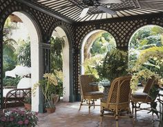 Recently I stumbled upon this incredible 1920s Addison Mizner-inspired Palm Beach home, featured in the 2000-2001 winter issue (December – January) of Florida Designs. It was decorated by Mim…