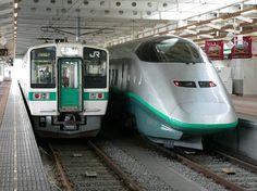 山形新幹線「つばさ」は、奥羽本線の福島〜山形間を改軌して実現した。後に新庄まで延長されている。この区間の普通列車も台車は新幹線用の線路に合わせた規格だ