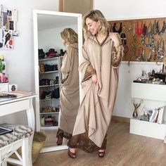 L'image contient peut-être : une personne ou plus, personnes debout, chaussures et intérieur Morrocan Fashion, Morrocan Dress, Moroccan Style, Abaya Fashion, Fashion Dresses, Caftan Gallery, Mode Abaya, Chocolate Color, Caftan Dress