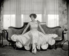 "Shorpy Historical Photo Archive :: Ensconced: 1925 Washington, D., circa ""Miss Katherine Kellond."" A sofa-size portrait. Vintage Photographs, Vintage Photos, Antique Photos, Vintage Outfits, Vintage Fashion, Vintage Clothing, Fashion 1920s, Retro Mode, Vintage Love"