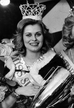 Anne Pohtamo vastakruunattuna Miss Suomi -kilpailun voittajana vuonna 1975.