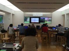 Here's @Shelley Simpson presenting #socialmedia at the @Microsoft Store in Honolulu! #hnlsmbiz pic.twitter.com/FAOOL22e4y