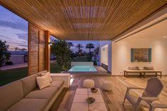 A côté de l'entrée, se trouve une agréable terrasse spacieuse bordant la piscine