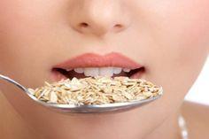 mulher comendo aveia