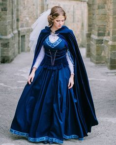"Traje medieval ""Outliers"": vestido e colete - Kleider - Gowns Medieval Dress, Medieval Costume, Viking Dress, Renaissance Clothing, Medieval Fashion, Wedding Cape, Blue Wedding, Blue Bridal, Bridal Cape"
