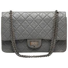 665efb96c0 Sac Chanel modèle 2.55 re-issued en cuir vieilli gris béton. - Double rabat