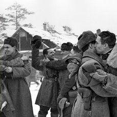 Прорыв блокады. Встреча бойцов и командиров Волховского и Ленинградского фронтов в Рабочем поселке №1, 1943 год