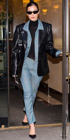 Look of the Day - No need to bundle up in a huge coat that hides your outfit. Bella Hadid stylishly layered two small - Style Invierno, Outfit Invierno, Bella Hadid Outfits, Bella Hadid Style, Trendy Outfits, Winter Outfits, Fashion Outfits, Balenciaga Sunglasses, Model Street Style