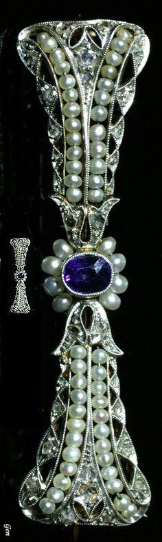 Bar brooch Sapphire , seed pearls , rose-cut diamonds , Platinum & Gold 4,2cm × 1,1cm United Kingdom 1900-1910 circa