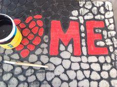 Renovando tapete de entrada. El resultado fue extraordinario !!!  Materiales :  -Pintura roja acrílica  -Pintura negra para pared -Pintura blanca para pared -Pincel redondo de cerda dura -Spray para sellar pintura