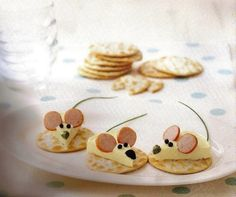 Edible mice on crackers food design and styling Cute Snacks, Snacks Für Party, Cute Food, Good Food, Yummy Food, Food Decoration, Food Crafts, Food Humor, Creative Food
